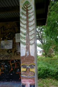 le pin colonnaire et le masque à la langue tirée
