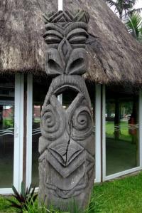 Sculpture à l'entrée d'un bâtiment communal vers Poindimié
