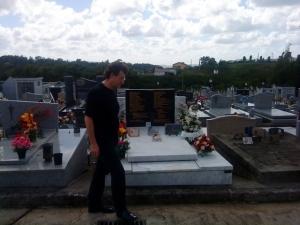 Alfredo Jaar sur la tombe d'Aimé Césaire en 2009