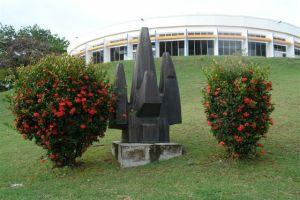 """la végétation gêne la lecture de cette sculpture titrée """"Arbre"""""""