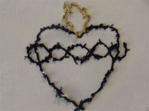 Exposition Habitées détail un coeur brodé sur toile