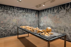 Lección de anatomía: Cadáver Exquisito, homenaje a Joseph Beuys. 2013  Esqueleto hecho de tiza, forrado con pan de oro, 2.80m X 50Cm.