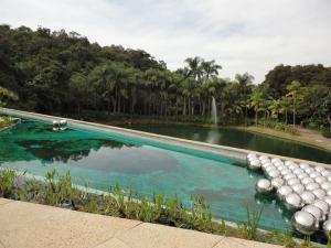 Narcisus garden version Inhotim par Yakoi Kusama, en regard du lac artificiel et en couverture du centre culturel Burle Marx
