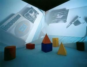 2.Onobject - cosmococas 2, sol en mousse épaisse, rendant difficile le déplacement et objets en mousse , disséminés sur le sol : cônes, cylindres, cubes, triangles, sphères. Musique de Yoko Ono. Parfois on entend sonner un téléphone. Les lumières sont éteintes et des images sont projetées sur deux des parois de la salle : photos de yoko Ono, couvertures de magazines