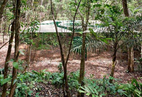 Vue du toit avec les ouvertures et des murs réfléchissants (photo web, en 2012. La végétation des abords s'est considérablement développée depuis.