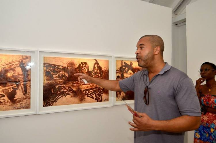 Exposition Escape. Présentation par l'artiste des toiles Diaspora, 1,2 et 3. Photographe Gerard Germain, courtoisie de la Fondation Clement .