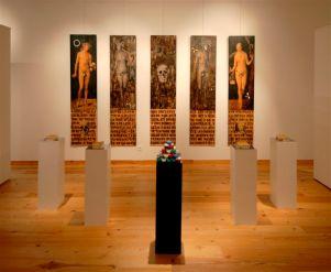 Amnesia Bruno Pedurand Installation de cinq panneaux de bois pyrogravés, huile, décalcomanies, clous, bougies - 2008 - Photo Dino Feigespan