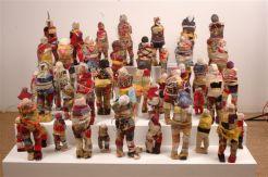 The spirit of caribbean Alex Burke Installation de 47 poupées de tissus variés et matériaux divers – 2006 – dimensions variables – photo Franck Girier Dufournier