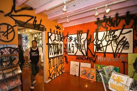 Photo 13 – Krypta gang, pixação à la galerie Choque Cultural, Sao Paulo, 2008. Photo sur site web : https://comjuntovazio.wordpress.com/tag/pixacao/. sur ce site on peut trouver également une photo de l'intervention du Krypta gang à la faculté des beaux-arts
