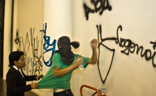 Krypta gang, intervention dans la biennale du vide, Sao Paulo, 2008. Blog esfera publica : http://esferapublica.org/nfblog/garffiteros-atacan-la-bienal-vacia/