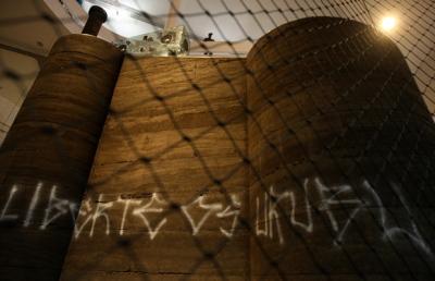 Tag de Kripta Djan, « liberez les vautours » sur l'œuvre bandeira branca de Nuno Ramos dans laquelle des vautours occupaient une sorte de cage. En protestation contre l'appréhension par la police de pixadores du gang Vautours à Minas Gerais.