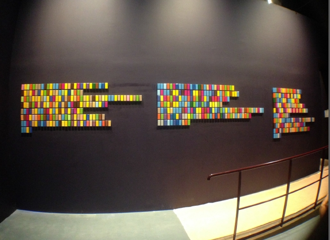 La voleuyse d'enfants Installation faite avec le Code Couleur Trois versions de « Je vous salue Marie »