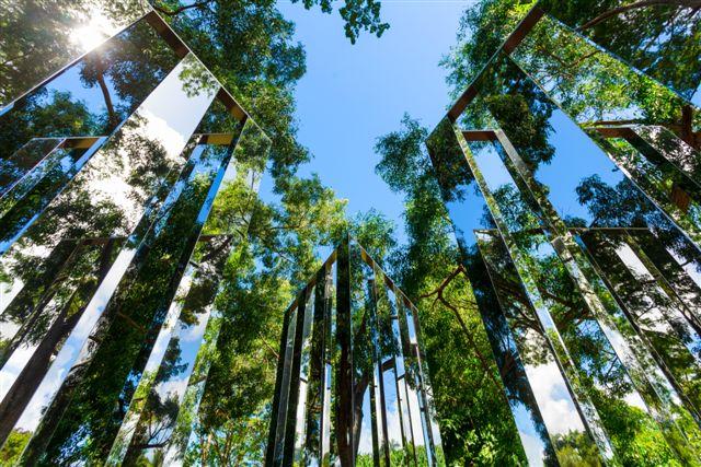 Jeppe Hein 2-Dimensional Mirror Labyrinth Acier inoxydable poli et Alu-cobond 220 x 350 x 350 cm 2006 (installation 2015) © Fondation Clément