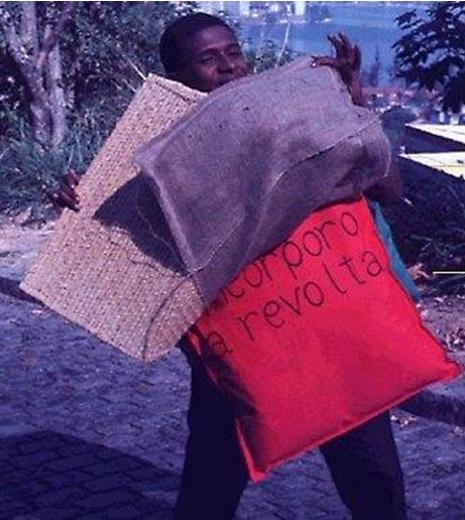 """Paragonlé """"eu incorporo a revolta"""" – j'incarne la révolte, Helio Oiticica, 1968"""