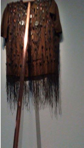 Sarkis, Scène de cuive, 2012 ( Veste dozo, Burkina Faso, cuivre, bois