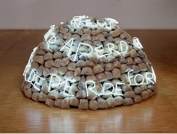 Mario Merz , Igloo di Giap , 1968 – hauteur : 120 cm, diamètre : 200 cm – cage de fer, sacs en plastique remplis d'argile, néon, batteries, accumulateurs
