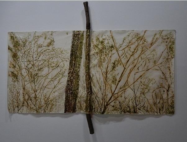 Giuseppe Penone, Il verde del bosco con ramo, 1987. Sève et chlorophylle sur toile de coton, branche d'arbre, tissu, 183,5 x 237 x 10 cm
