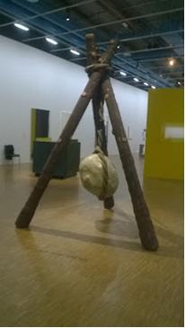Piero Gilardi , Totem domestico 1966 - Structure en bois, polystyrène, mousse de polyuréthane, 200 X 200 X 300CM