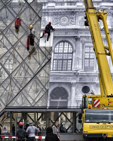 JR travaux en cours collage de la photo XXL sur les murs vitrées, photo web
