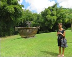 Devant la Vision des Vaincus de Victor Anicet dans les jardins de l'Habitation Saint - Etienne