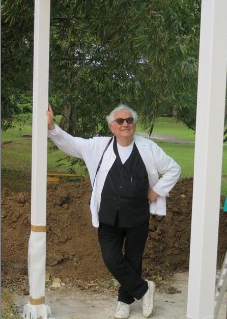 Daniel Buren pendant l'installation