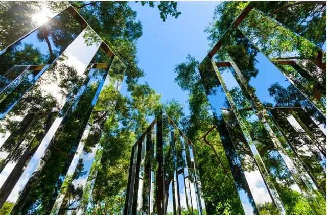 Jeppe Hein2-Dimensional Mirror LabyrinthAcier inoxydable poli et Alu-cobond220 x 350 x 350 cm2006 (installation 2015)© Fondation Clémen