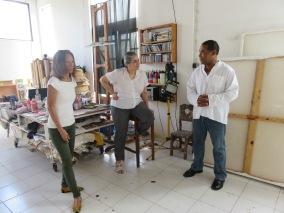 Tatiana Flores, commissaire de relational undercurrents dans l'atelier de Raymond Medelice