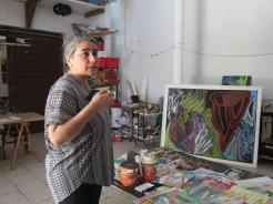 Tatiana Flores, commissaire de relational undercurrents dans l'atelier de Julie Bessard